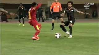 لقطة لاعب القادسية مع لاعب الشباب عبدالمجيد الصليهم