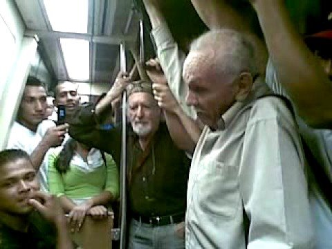 Señores discutiendo y diciendo groserías en el metro