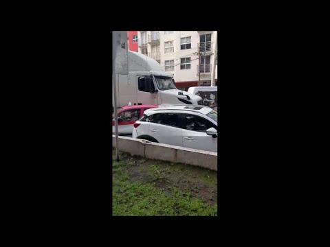 Tráiler embiste y arrastra varios vehículos en Iztacalco