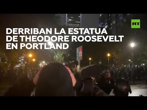 Manifestantes derriban la estatua de Theodore Roosevelt en Portland