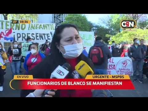 Funcionarios de blanco se manifiestan frente al Ministerio de Salud