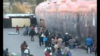 Padres de familia durmieron en carpas a la espera de la canasta estudiantil
