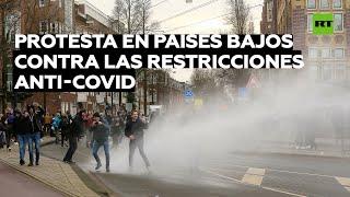 Policía usa cañones de agua para dispersar protesta en Países Bajos contra restricciones anticovid