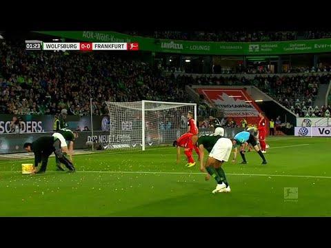 تأجيل مباراة كرة قدم بسبب رمي الجمهور لـ  بيض الفصح  على أرض الملعب