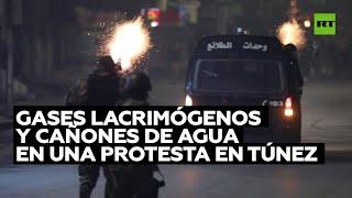 Gases lacrimógenos y cañones de agua en una protesta en Túnez
