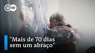 Cortina do abraço permite reencontros em asilo em São Paulo