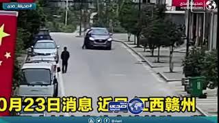 امرأة ترمي بنفسها امام سيارة