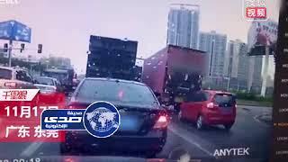 شاهد .. سائق راح ضحية بين شاحنتين