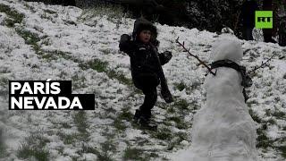 Una nevada alegra a los habitantes de París