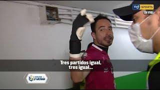 El arquero de Real Potosí, Carlos López, hace reclamos a la cámara de Tigo Sports en los pasillos.
