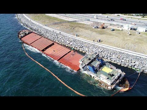 Zeytinburnu'nda karaya oturan gemi sökülerek parçalanıyor