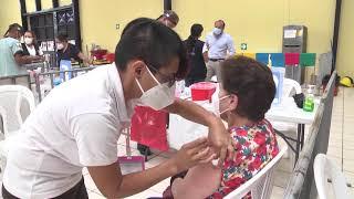 Personas son atendidas en el Centro de Vacunación Parque Erick Barrondo