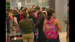 Extranjeros pasan la noche en el aeropuerto El Dorado por cancelación de vuelos