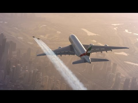 Экстремалы с реактивными ранцами полетали вокруг Airbus над Дубаем (Видео)