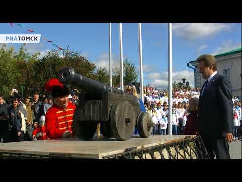 Иван Кляйн даёт старт Дню томича выстрелом из пушки.