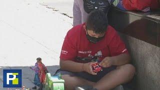 Niño cambia sus juguetes por comida porque su mamá se quedó sin trabajo en la cuarentena