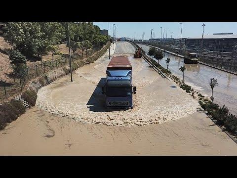 Halkalı'da su borusu patladı; Cadde göle döndü