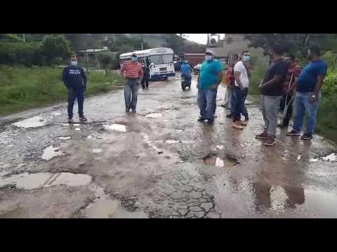 ¡Por enormes baches! Taxistas se toman calle hacia col. Villeda Morales