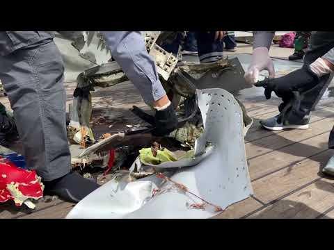 Recuperan una de las cajas negras del avión de pasajeros que se estrelló en el Mar de Java
