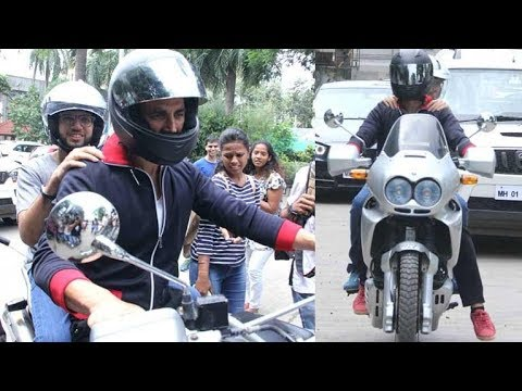 Akshay Kumar makes a grand entry at an event