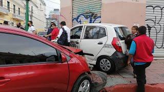 Mujer herida en fuerte colisión entre taxi y vehículo en la zona 1 capitalina