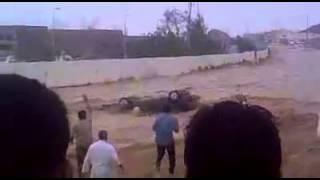 فيديو لسيل يجرف مركبه بداخلها ركاب