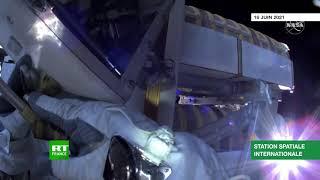 Les astronautes Thomas Pesquet et Shane Kimbrough installent un panneau solaire dans le vide spatial