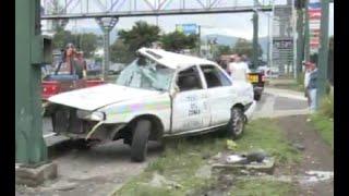 Un Taxi y un vehículo colisionaron en Mixco