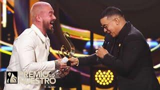 Daddy Yankee le devuelve el honor a J Balvin al entregarle el premio Ícono Mundial en PLN