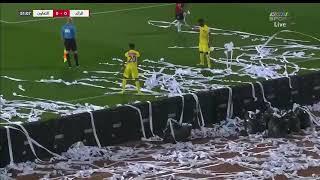 بعد إلقاء الجماهير للأوراق .. حكم مباراة الرائد والتعاون يوقف المباراة