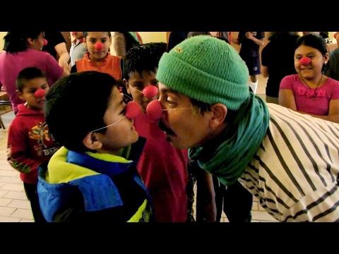 Clowns besuchen SOS-Kinderdorf in Bolivien - Lachen als Therapie