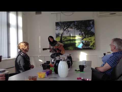 Charlotte Audestad synger på morgenkvisten i Engasjert Byrå