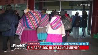 Aglomeración de personas en la terminal interprovincial de El Alto en busca de buses