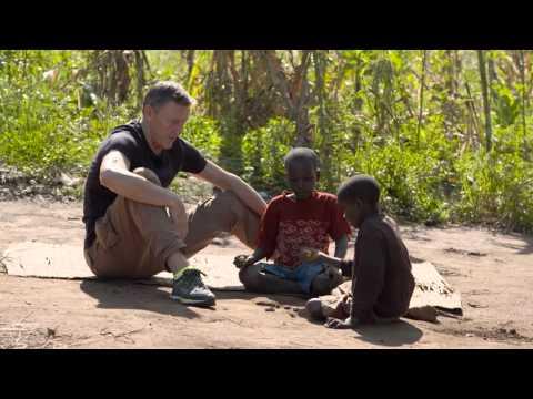 Börje Salming möter föräldralösa barn i Moçambique