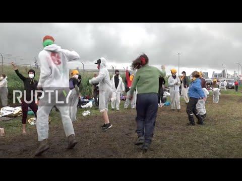 Germany: Dance, music lighten the mood as Ende Gelande blockade in Brunsbuttel continues