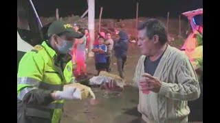 Policía lleva perros calientes a los más necesitados en Patio Bonito