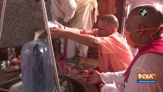 Sawan Somwar: CM Yogi offers prayers at Mansarovar Temple - INDIATV