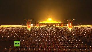 Budistas celebran su festival de luna llena en Tailandia con un espectáculo de luces