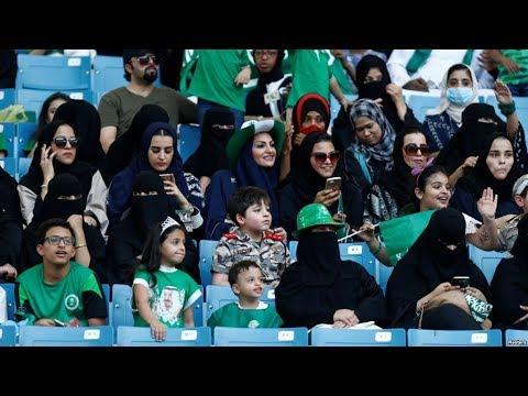 سعوديات يحضرن مباراة كرة قدم في الاستاد الملك عبد الله لأول مرة