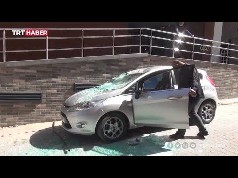 Arabanın üstüne pencere düştü
