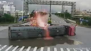 تصادم مروع بين شاحنتين