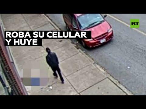 Un hombre roba el celular a una mujer inconsciente tras sufrir un infarto