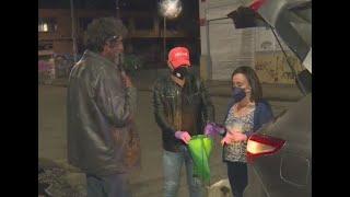 Familia entrega ayudas a habitantes de calle en medio de la emergencia por el coronavirus