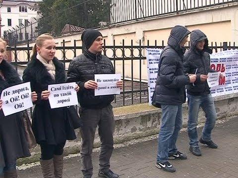 В Івано-Франківську молодь вийшла на захист доріг