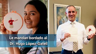 Le manda bordado a López-Gatell, él le agradece por mensaje de voz