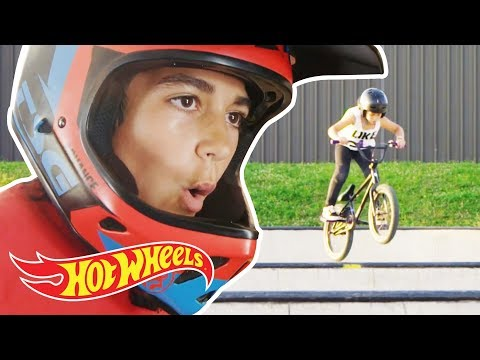 ¡La bajada en bici más alucinante en la super rampa de Camp Woodward! | Hot Wheels