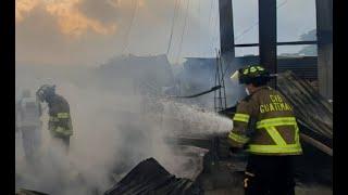 Momentos del incendio que afectó a tres viviendas en Zona 7