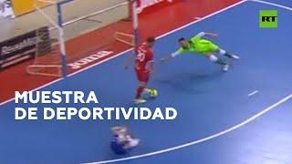 Evita meter un gol luego de ver en el piso a un rival al que él golpeó