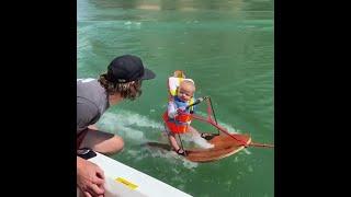 رضيع عمره 6 أشهر يتزلج على الماء وحيدًا