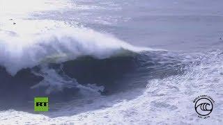 Una ola enorme se lleva por delante a un surfista